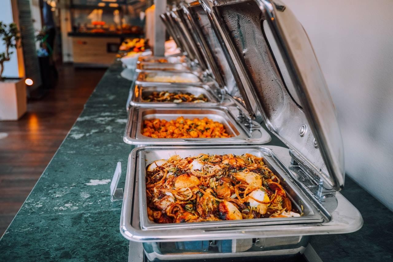 cateringföretag-som-serverar-mat